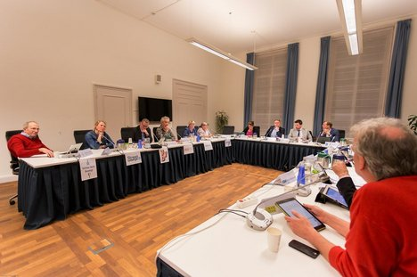 Commissieleden vergaderen over de begroting